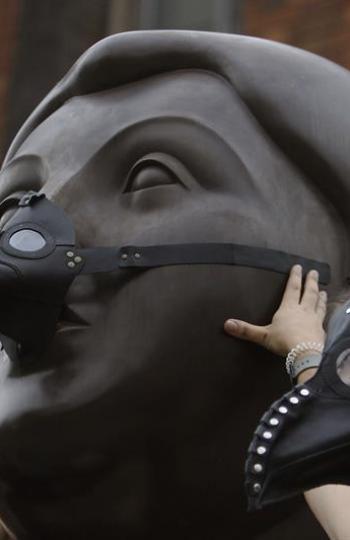 Activista junto a escultura de Botero