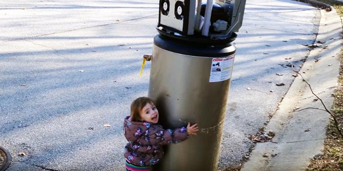 "La pequeña Rayna abrazando a su amigo ""robot"""