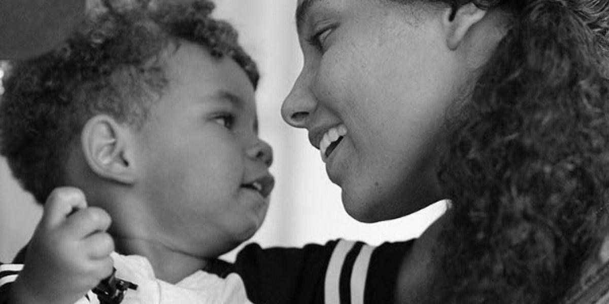 Alicia Keys con uno de sus hijos