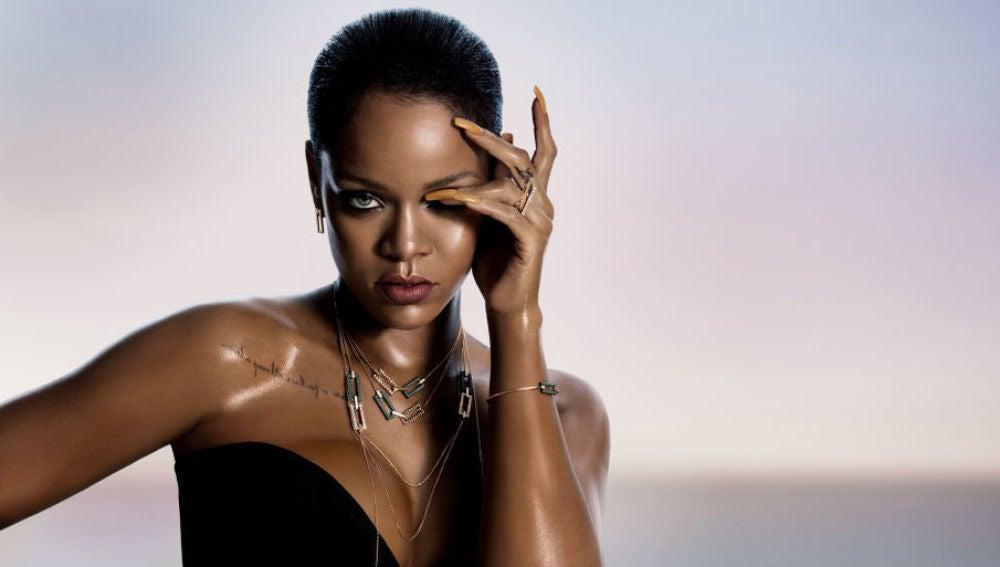 Rihanna luciendo las joyas que ha diseñado para Chopard