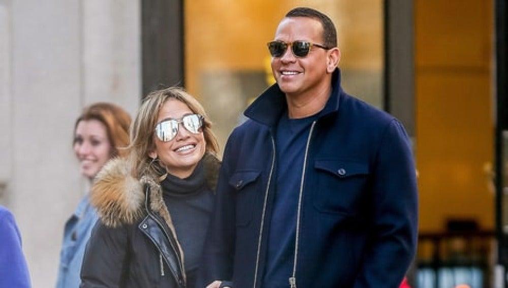 Jennifer Lopez y Alex Rodríguez paseando por la calle