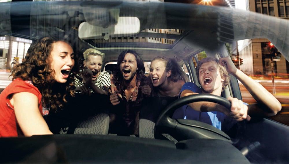 Un grupo de amigos cantando en el coche