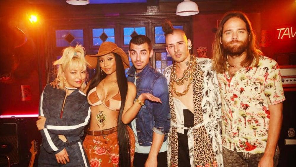 DNCE y Nicki Minaj presentan 'Kissing Strangers'
