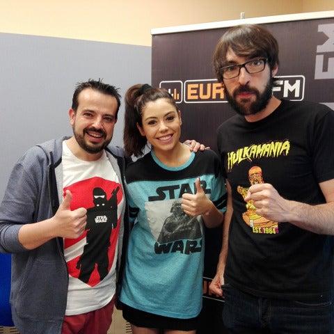 Alba Horcajuelo de Neox Games con Quique Peinado y Kiko Béjar