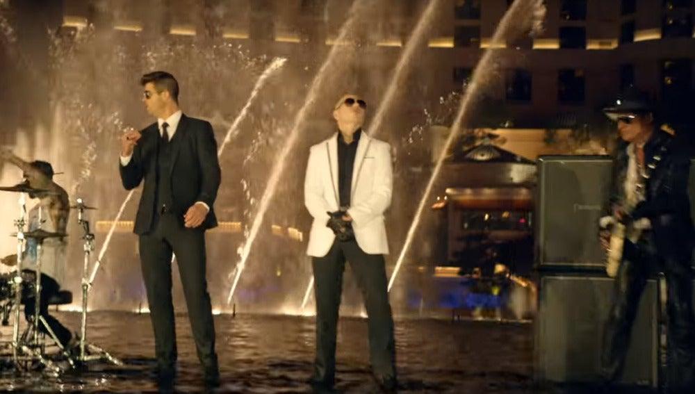 Pitbull junto con Robin Thicke, Joe Perry, Travis Barker