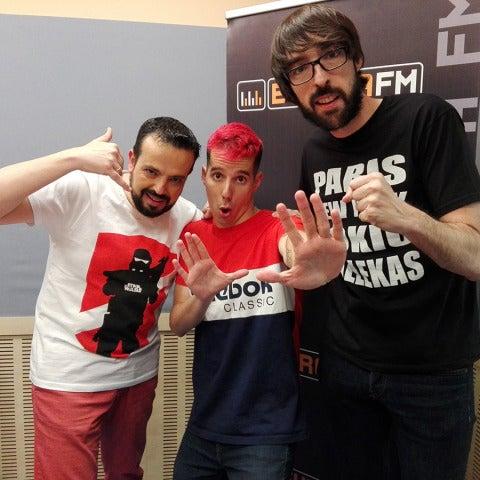 Skone visita Europlay, con Quique Peinado y Kiko Béjar