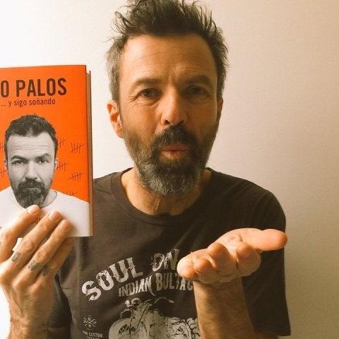 Pau Donés con su libro, 50 PALOS
