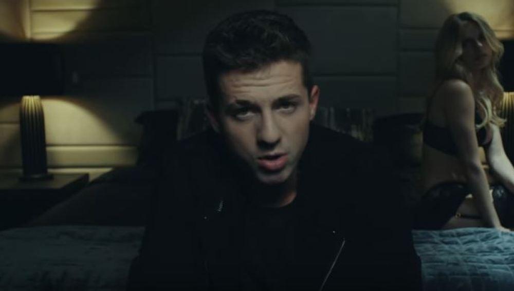 Charlie Puth en el videoclip de 'Attention'