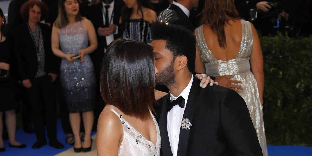 The Weeknd da un beso a Selena Gomez