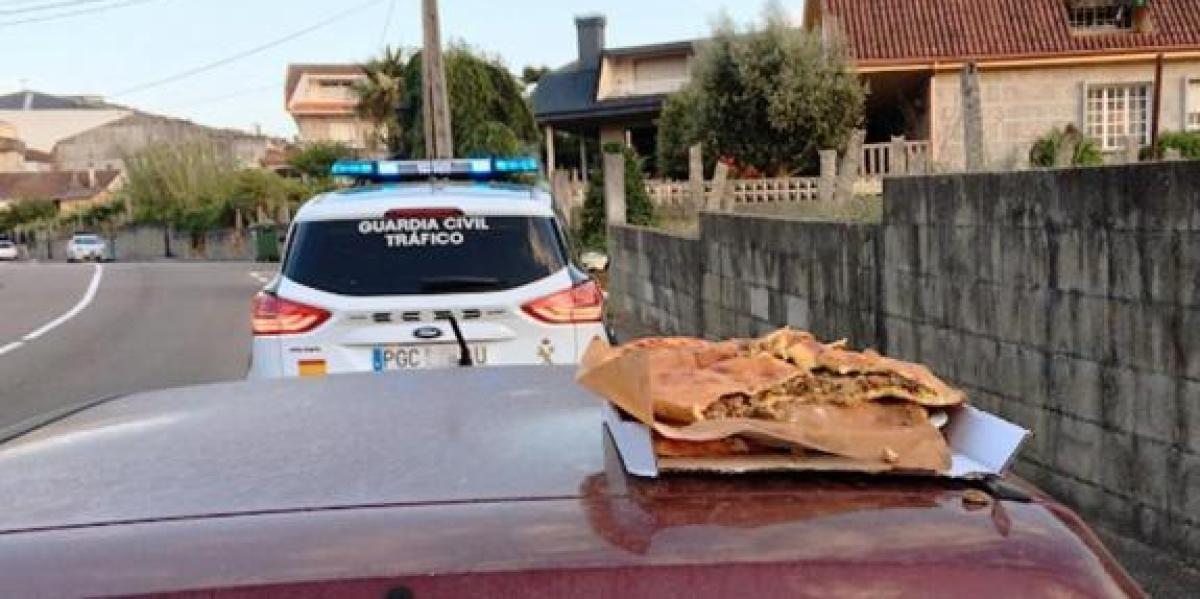 La Guardia Civil multa a un joven por comer sobre el capó de un coche en marcha