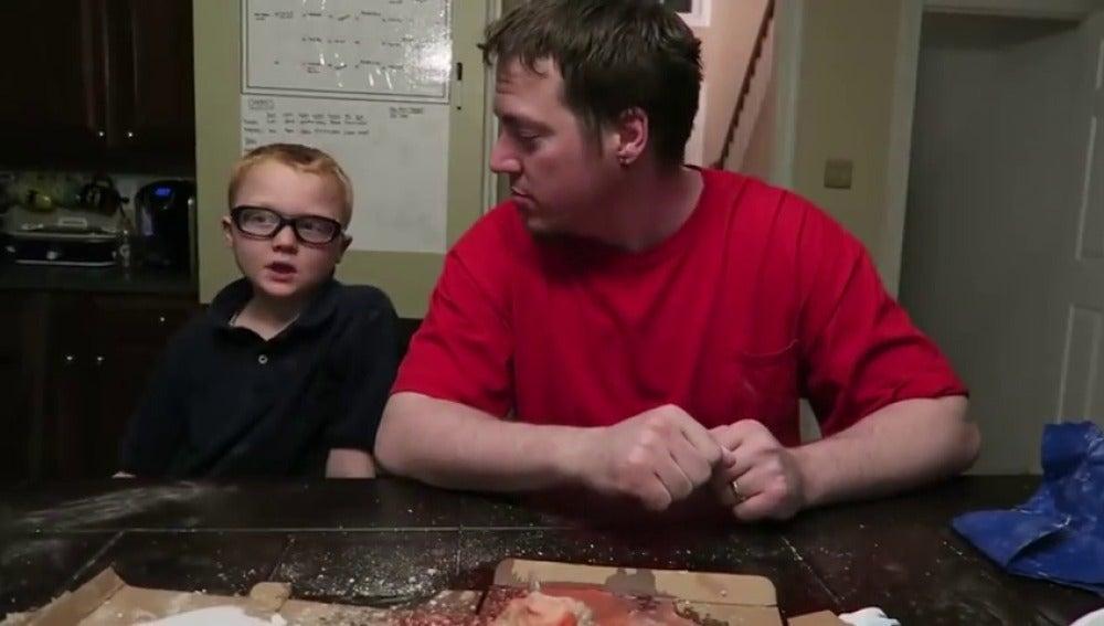 Frame 12.983518 de: Retiran la custodia a unos padres por colgar en Youtube bromas ofensivas a sus hijos