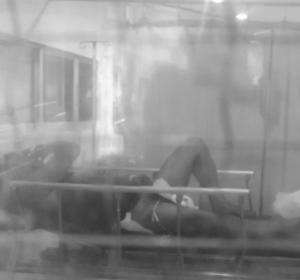 Hombre hospitalizado después de que su mujer le corte el pene