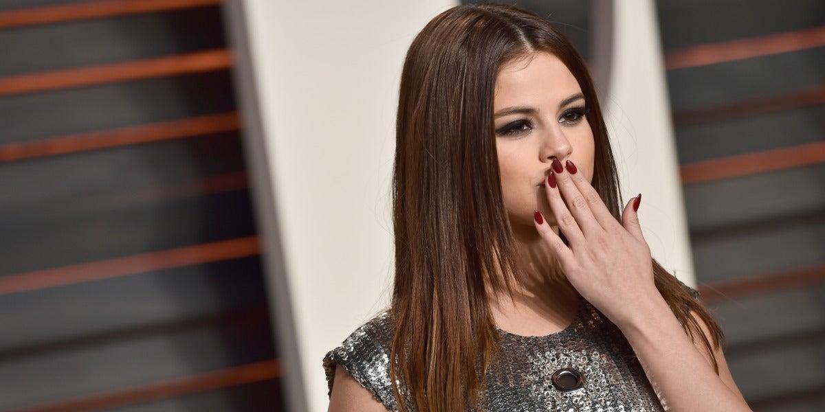 Selena Gomez posa en la alfombra roja de la Vanity Fair Oscar Party 2016