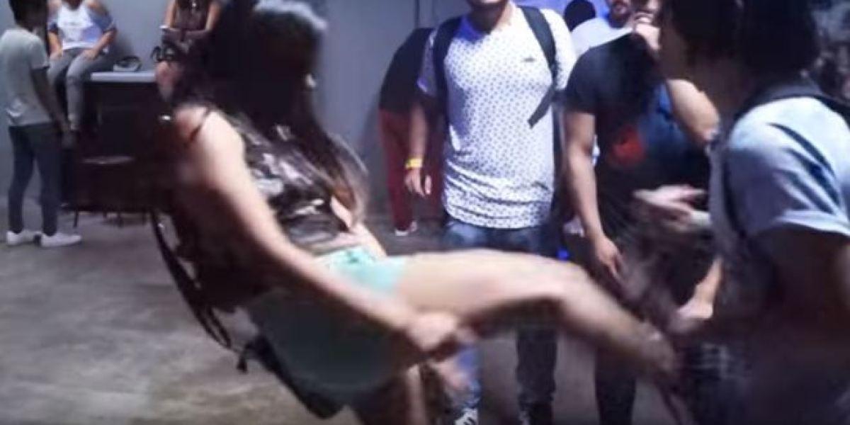Frame del vídeo en el que la chica le propina una patada en los testículos a un youtuber