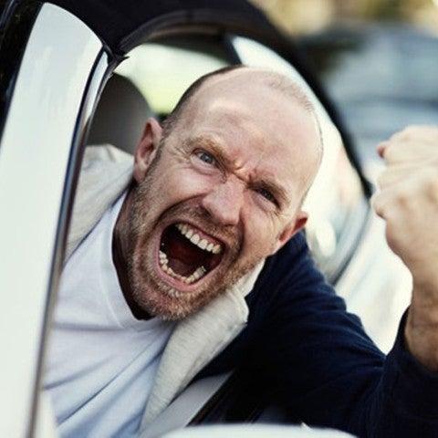 Hombre enfadado al volante
