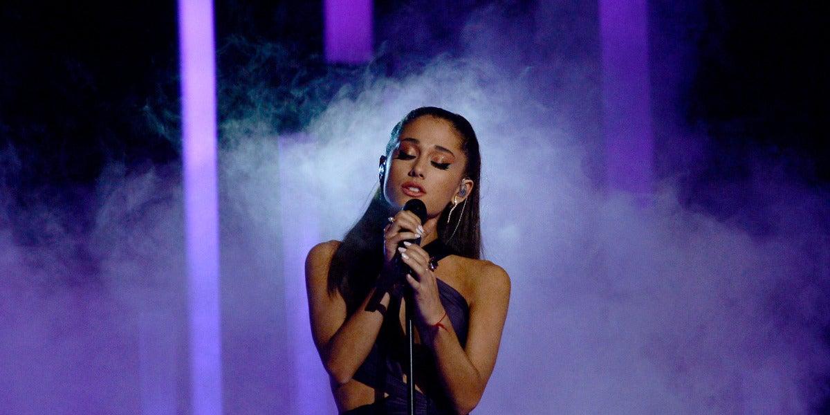 Ariana Grande durante su actuación en la gala de los Grammy 2015