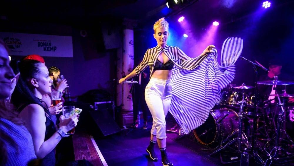 Katy Perry durante su concierto secreto en The Water Rats