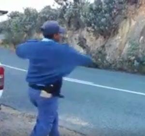 Un grupo de policías humilla tirando manzanas a unos hombres que habían detenido