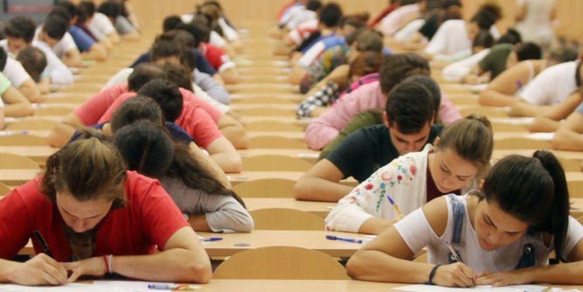 Alumnos en un exámen de Selectividad