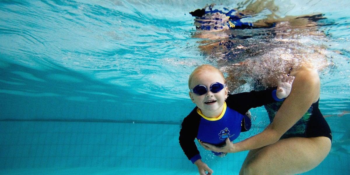 Es importante enseñar a flotar a los bebés