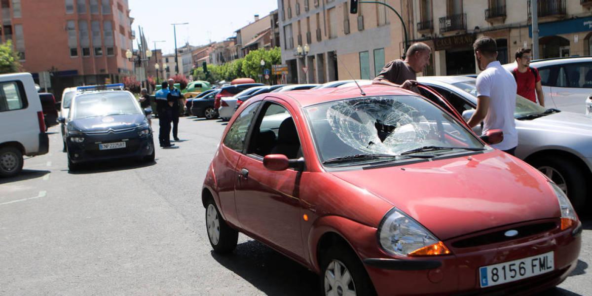 Uno de los coches que destrozó un hombre en Pamplona