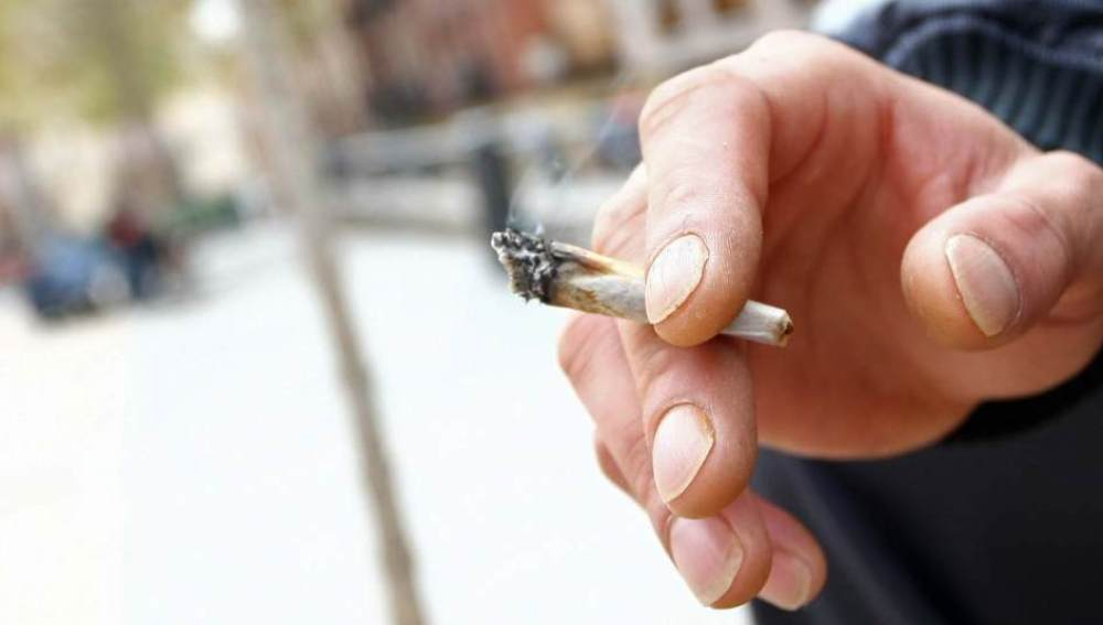 Una persona fumando un porro