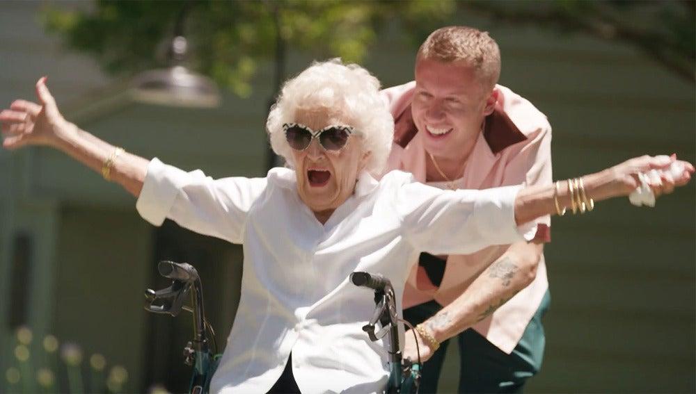 Macklemore y su abuela Helen en el vídeo de 'Glorious'