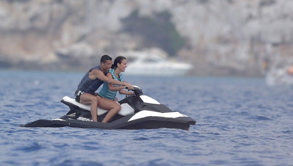 Cristiano Ronaldo y Georgina Rodríguez, disfrutan de un divertido paseo acuático