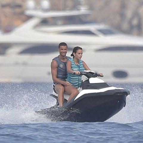 Cristiano Ronaldo y Georgina Rodríguez sobre una moto de agua