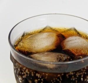 Imagen de un vaso de refresco con hielo