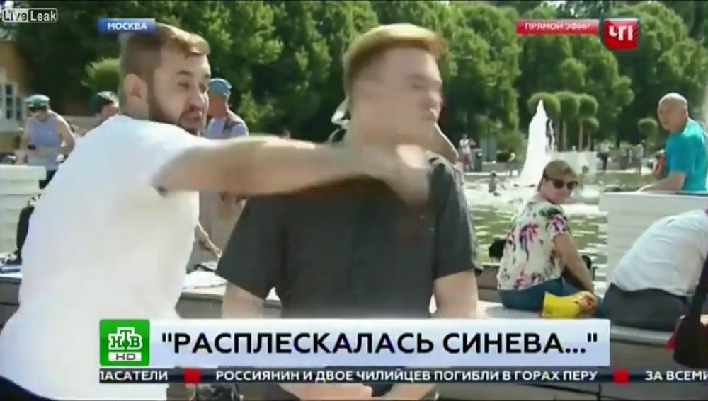 Un periodista ruso recibe un puñetazo en directo