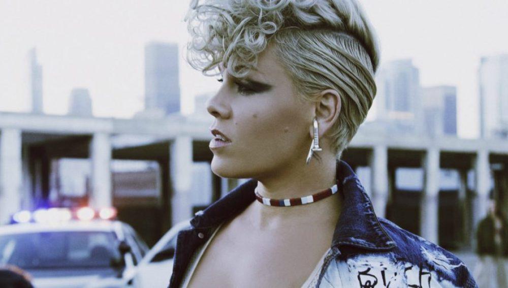 Pink en el vídeo de 'What About Us'
