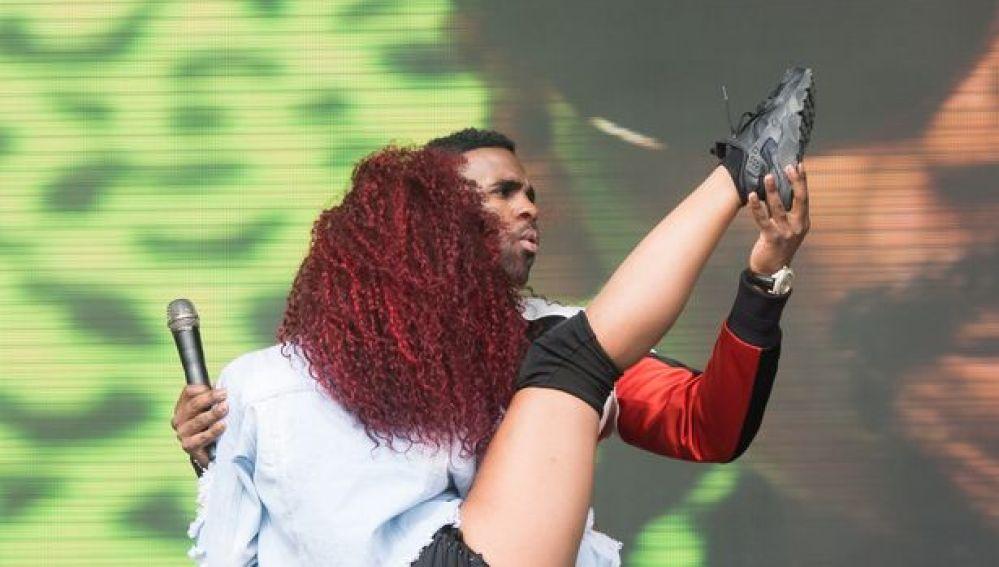 Jason derulo con una de sus bailarinas durante el V Festival