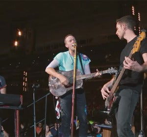 Coldplay interpretando su tema inédito 'Houston' durante su concierto en Miami