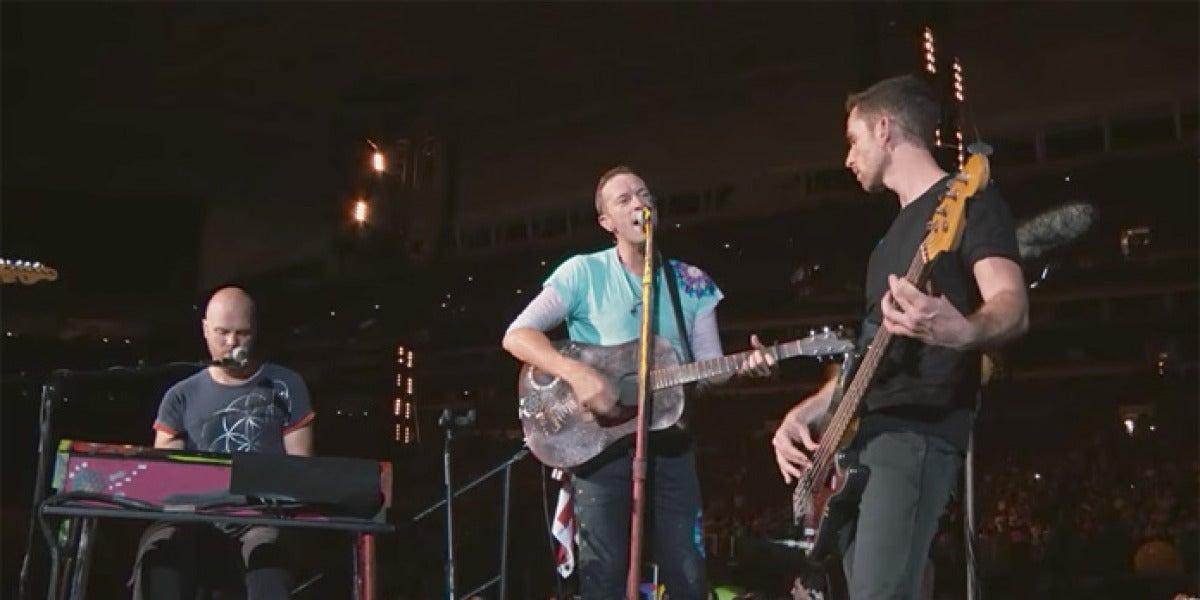 Coldplay interpretando su tema inédito 'Houston' durante su concierto en Miami