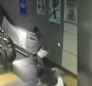 """El suelo """"se traga"""" a una mujer que iba por las escaleras mecánicas del metro"""