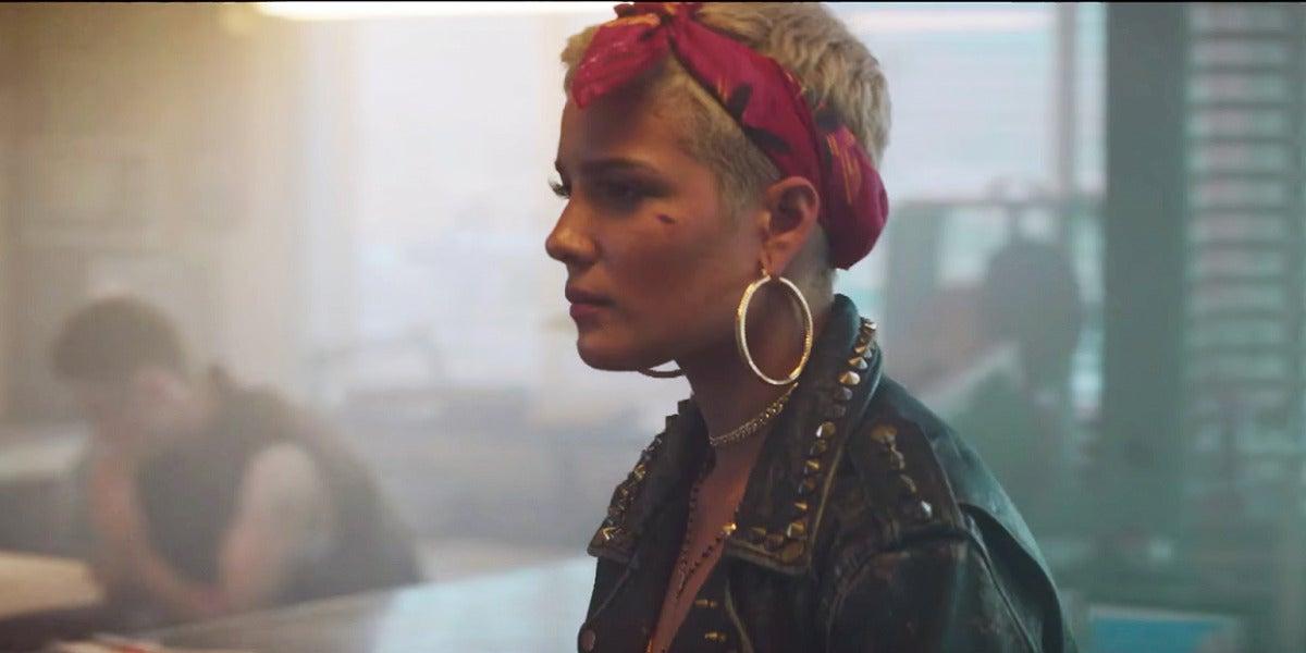 Halsey en el vídeo de 'Bad At Love'