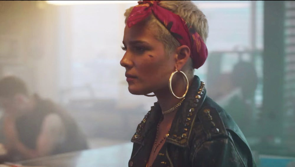 Halsey en el vídeo de 'Bad At Love'