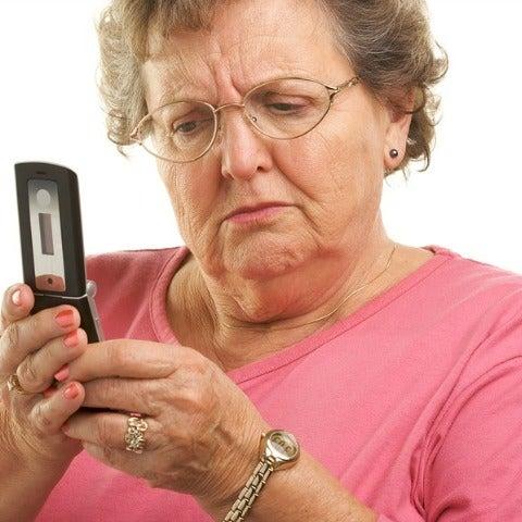 Abuela mirando el móvil