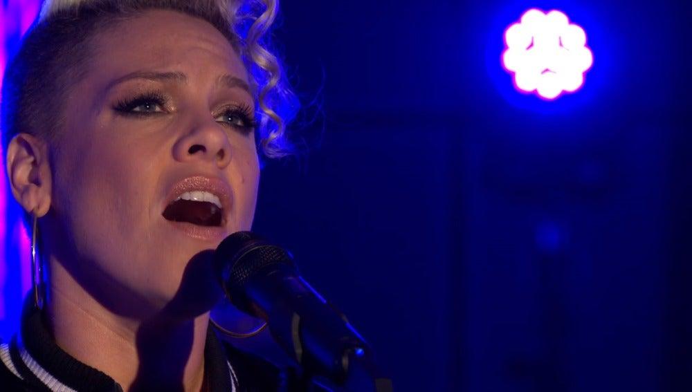 Pink en su actuación en la BBC Radio 1