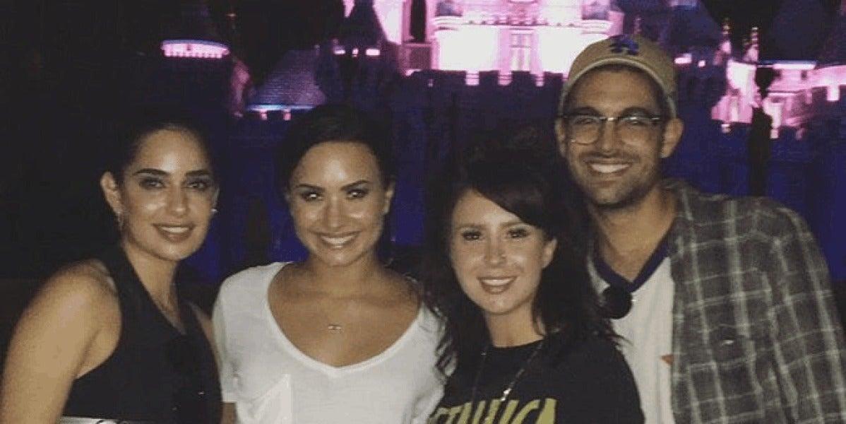 Demi Lovato junto a Lauren Abedini y unos amigos en Disneyland