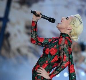 Lady Gaga durante su actuación en el desfile de Victoria's Secret Fashion Show 2016
