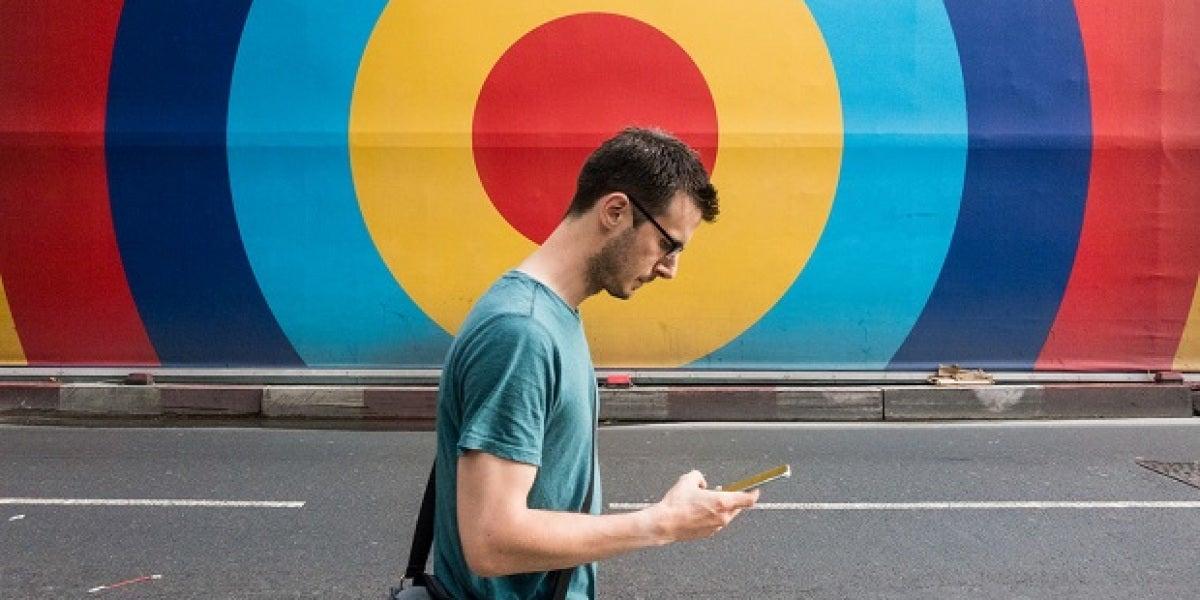 Andar con el móvil en la mano