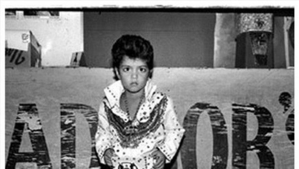 Un adorable Bruno Mars, con tan solo 4 años, vestido de Elvis Presley
