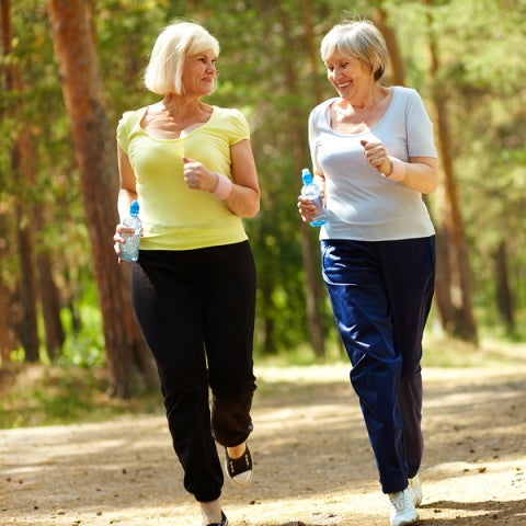 Señoras caminando por el parque