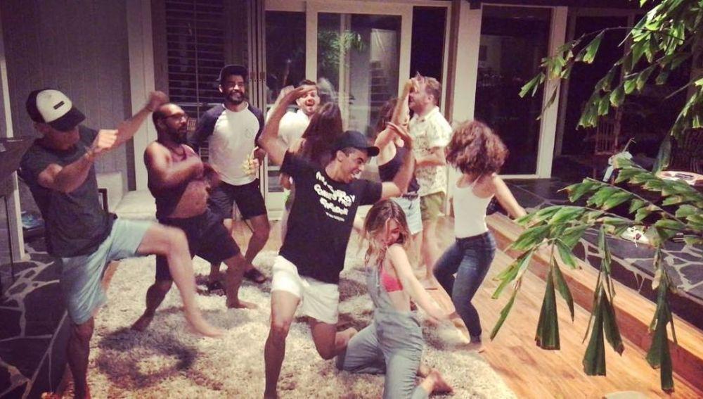 Ana de Armas y Elena Furiase bailando 'La Gozadera'