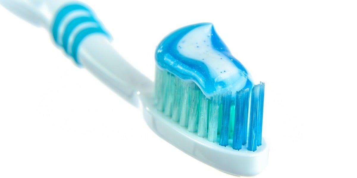 Cepillo con pasta de dientes