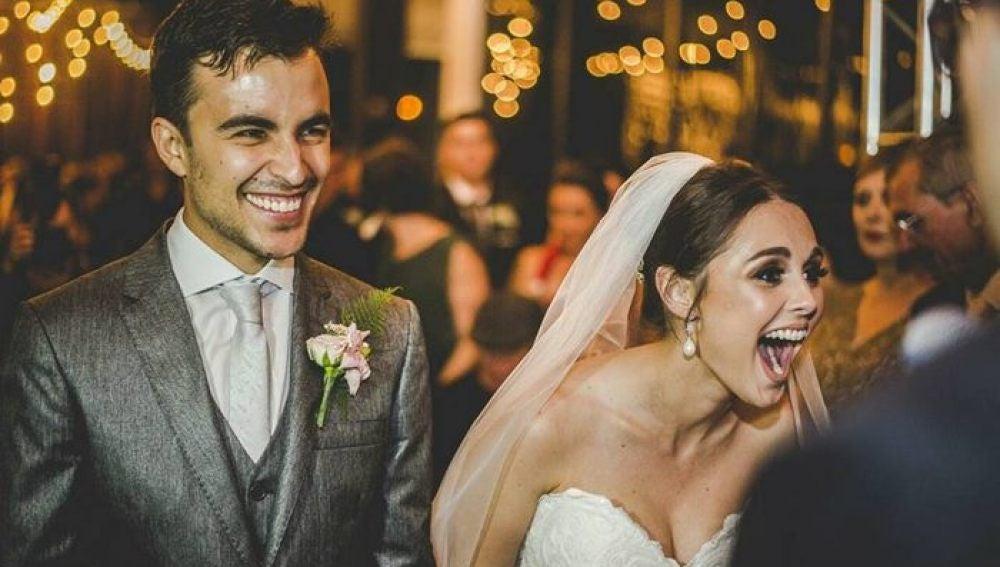 Increíble reacción de los novios hacia un perro que se coló en su boda y se durmió sobre el velo