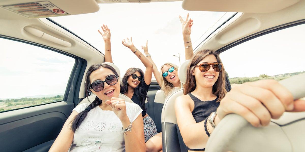 Un grupo de chicas cantando en un coche