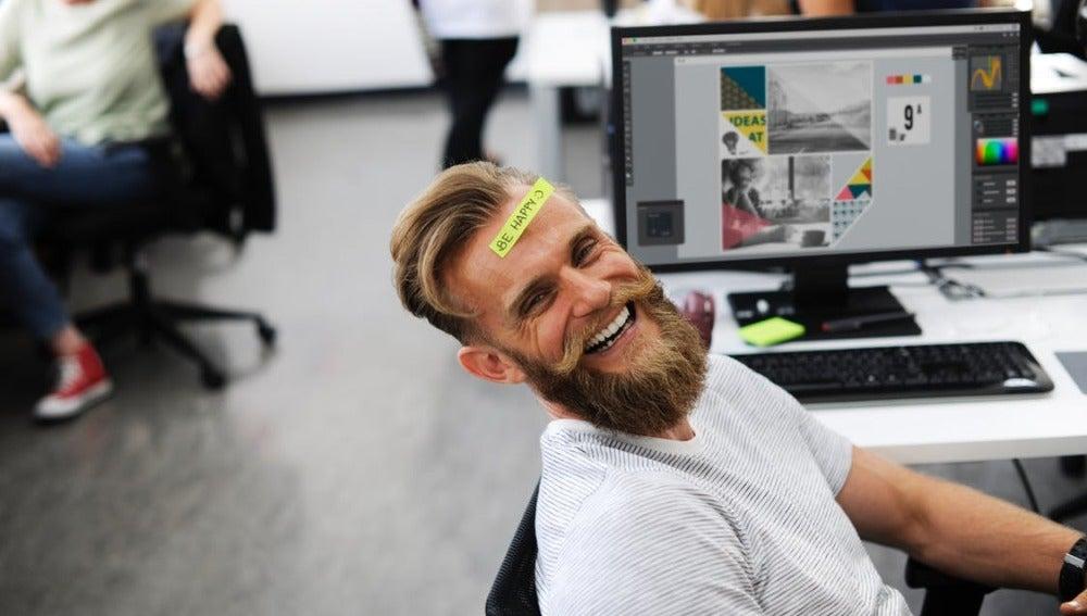 Un hombre se ríe